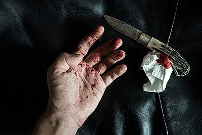 Schnittwunde und blutiges Taschentuch - p1180m1072830 von chillagano