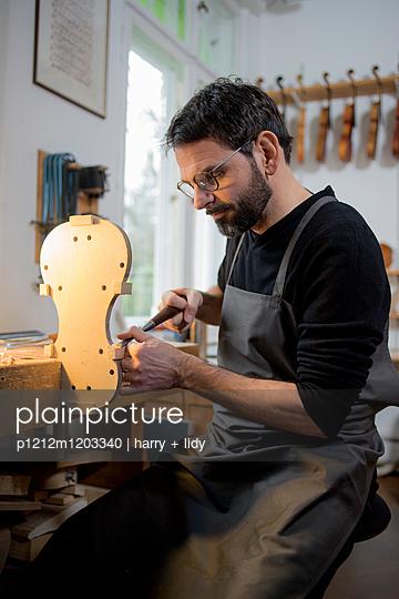 Geigenbauer beginnt Neubau einer Geige in der Werkstatt - p1212m1203340 von harry + lidy