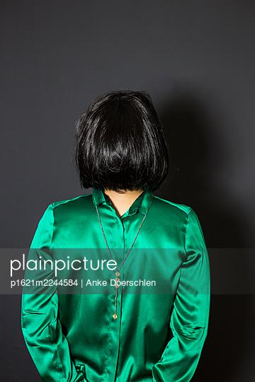 Frau in grüner Bluse - p1621m2244584 von Anke Doerschlen