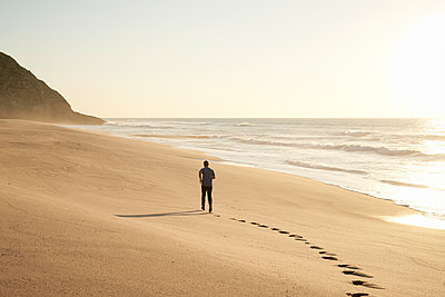 Man on beach - p1124m1510933 by Willing-Holtz