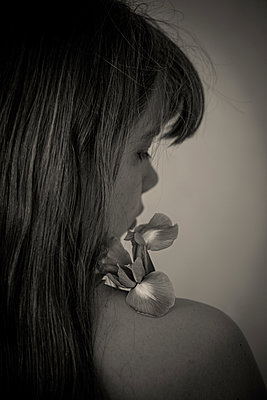 Girl with a flower - p1594m2210117 by Françoise Chadelas