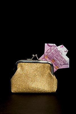 500 Euro Hemd in goldenem Geldbeutel - p451m1516770 von Anja Weber-Decker