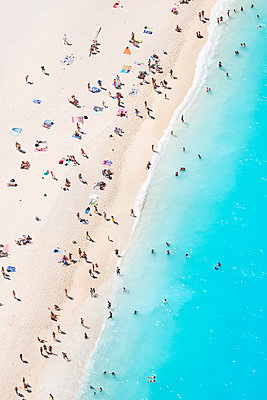 Aerial view of beach in summer with people. Zakynthos, Greek Islands, Greece - p651m2007263 by Matteo Colombo photography