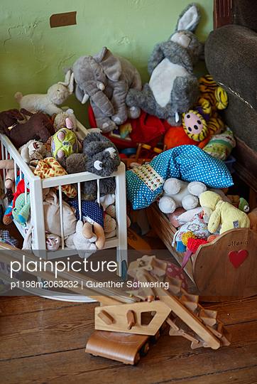 Kuscheltiere im Puppenbett - p1198m2063232 von Guenther Schwering