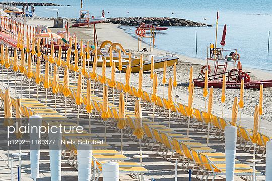 Strandliegen mit Sonnenschirmen  - p1292m1169377 von Niels Schubert