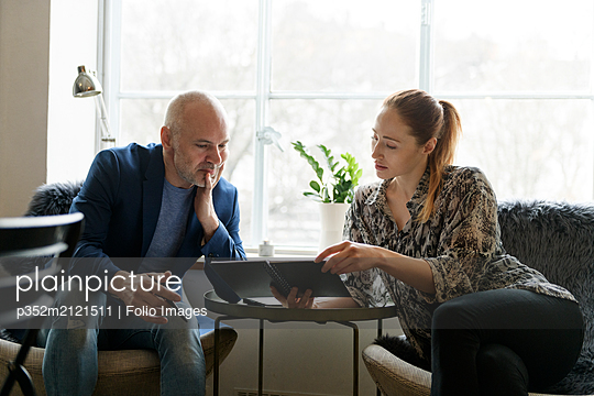 Businesspeople talking in office - p352m2121511 by Folio Images