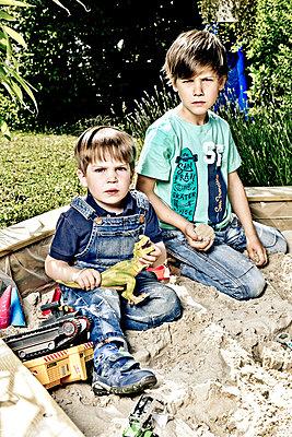 Zwei kleine Jungen im Sandkasten - p1221m1041705 von Frank Lothar Lange