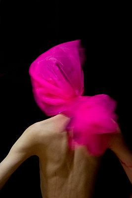 Young man with tulle on his head - p817m2288048 by Daniel K Schweitzer