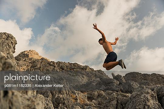 Luftsprung bei einer Wanderung - p081m1182335 von Alexander Keller