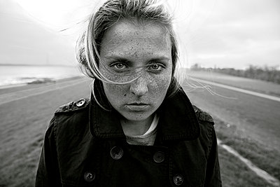 Young woman on a dyke, Hamburg, Germany - p341m1025619 by Mikesch