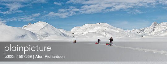 Greenland, Schweizerland Alps, Kulusuk, Tasiilaq, ski tourers - p300m1587389 von Alun Richardson