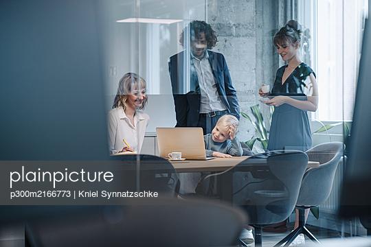 Business team with boy having a meeting in office - p300m2166773 von Kniel Synnatzschke