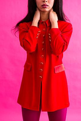 Frau in rotem Kleid - p427m1552889 von R. Mohr