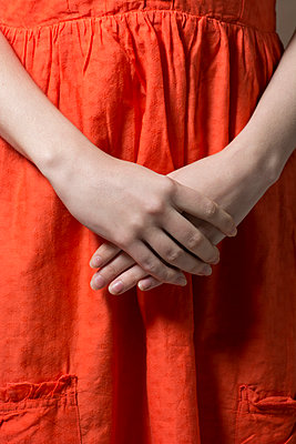Close up of a woman wearing an orange dress  - p794m1508036 by Mohamad Itani