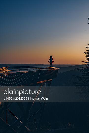 Woman enjoys a peaceful and calm sunrise - p1455m2092383 von Ingmar Wein