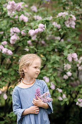 Portrait of smiling girl with lilac blossoms - p300m2083361 by Ekaterina Yakunina