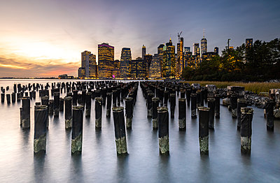 Long exposure of the lights of Lower Manhattan during sunset as seen from Brooklyn Bridge Park, New York, United States of America - p871m2074419 by Matt Parry