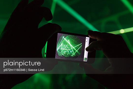 Veranstaltung gefilmt mit dem Smartphone  - p972m1160346 von Sesse Lind