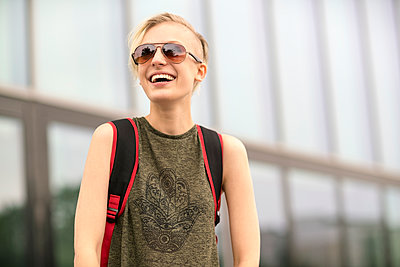 Portrait of laughing blonde woman wearing sunglasses - p300m1205700 by A. Tamboly