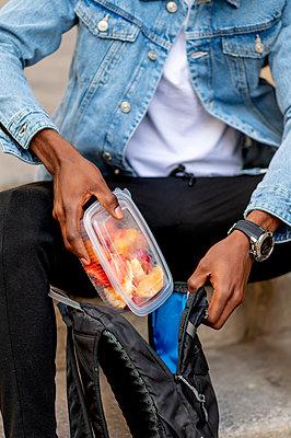 Madrid Spain African man having healthy lunch - p300m2282660 von Oscar Carrascosa Martinez