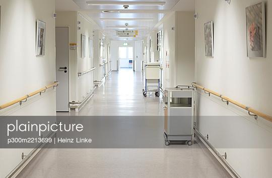 Germany, Freiburg, View of empty hospital corridor - p300m2213699 by Heinz Linke