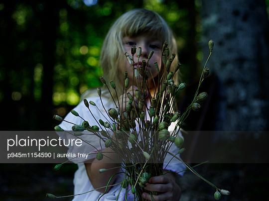 Mädchen sammelt Mohnblumen - p945m1154590 von aurelia frey