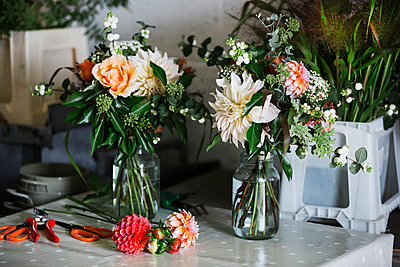 Organic flower arrangements. Hand tied bouquet. - p1100m1178108 by Mint Images
