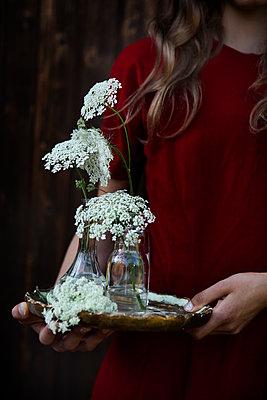Junge Frau mit Blumen - p1348m1215653 von HANDKE + NEU