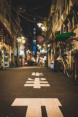 Japan, Tokyo, Asakusa, back road with view toskytree - p300m1224510 by Kerstin Bittner
