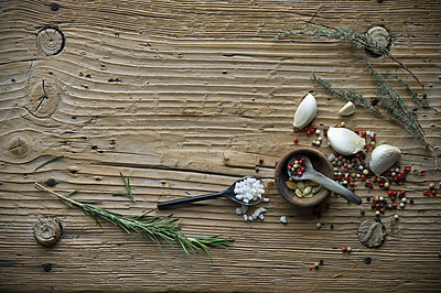 Cooking ingredients on old wood - p300m2059876 by Achim Sass