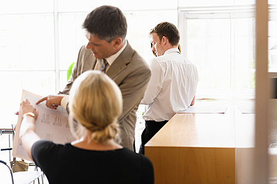 Business people talking in office - p429m757461f by suedhang photography
