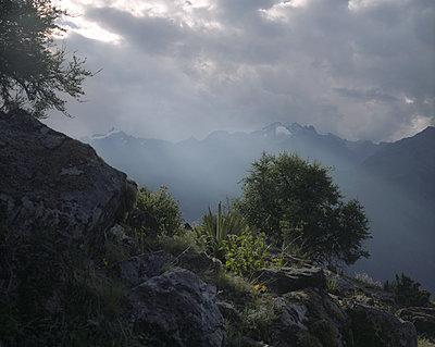 Gewitterwolken über einem Gebirgszug - p945m1476402 von aurelia frey