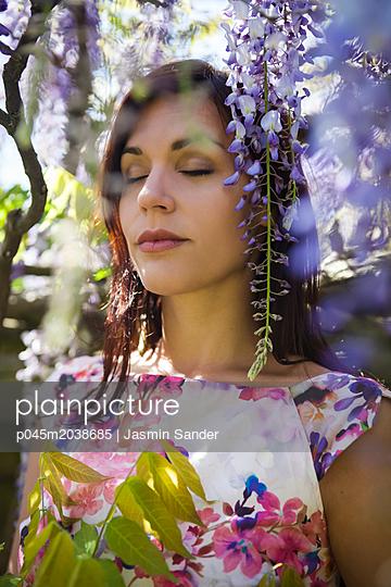 Innehalten im Frühling - p045m2038685 von Jasmin Sander