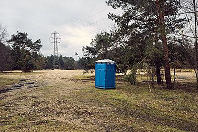 Blaue Mobile Toilette - p1090m1558643 von Gavin Withey