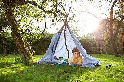 Junge in selbstgebauten Zelt - p1156m960685 von miep