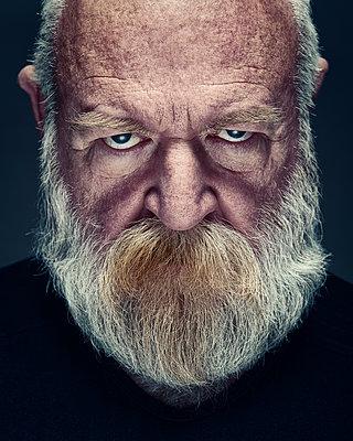 Grauhaariger alter Mann mit Vollbart - p1652m2230671 von Callum Ollason