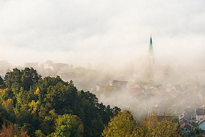 Germany, Baden-Wuerttemberg, Sipplingen, Lake Constance, fog over town and lake - p300m1585444 by Holger Spiering