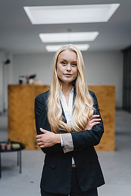 Portrait of a confident young businesswoman in loft office - p300m2171025 by Gustafsson