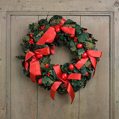 Christmas wreath - p813m755714 by B.Jaubert