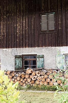 Holz vor der fassade eines traditionellen hauses - p979m910104 von Lobo
