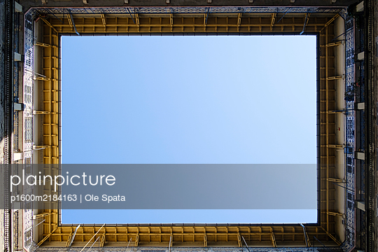 Inner courtyard, blue sky, Paloma store, Budapest - p1600m2184163 by Ole Spata