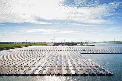 Floating photovoltaic plant, Zwolle, Netherlands - p1132m2176558 by Mischa Keijser