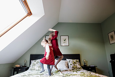 Two girls bouncing on bed - p300m2103944 by Katharina Mikhrin