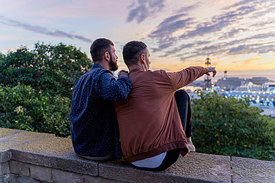 Gay couple on lookout above the city with view to the port, Barcelona, Spain - p300m2155129 by VITTA GALLERY