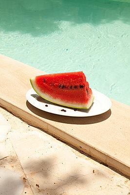 Melone am Pool - p454m2016091 von Lubitz + Dorner