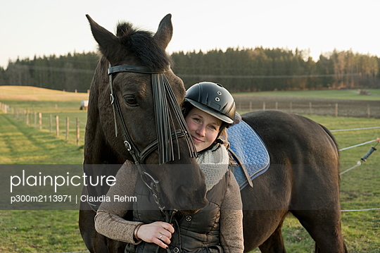 Portrait of smiling woman with horse - p300m2113971 by Claudia Rehm