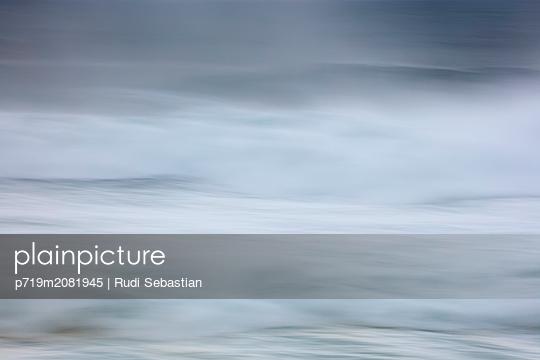 Strand und Wellen in Nazaré - p719m2081945 von Rudi Sebastian