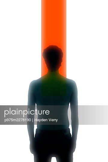 Man in front of white background and red coloured stripe - p975m2278190 by Hayden Verry