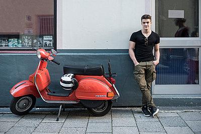 Junger Mann und sein roter Motorroller - p1437m1585640 von Achim Bunz