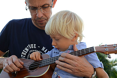 Vater und Sohn mit der Ukulele - p1631m2209787 von Raphaël Lorand